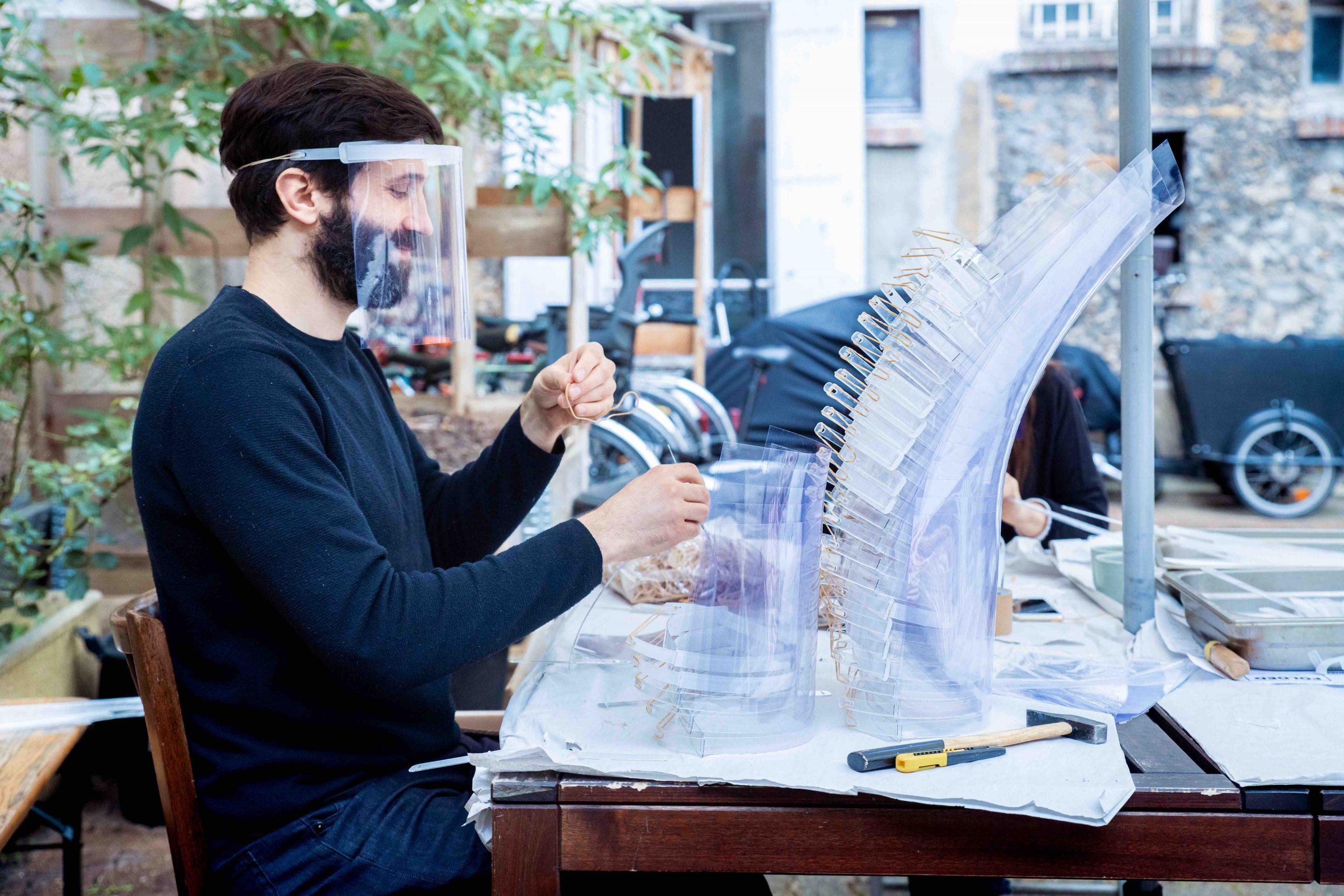 Un-voisin-venu-prêté-main-forte-à-léquipe-du-Makerspace-Volumes-crédit-photo-Quentin-Chevrier